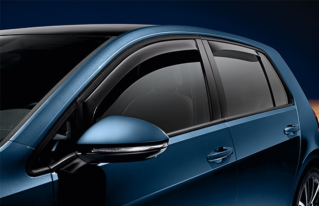 Дефлекторы на двери автомобиля