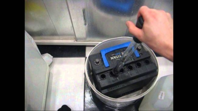 Доливаем електролит в аккумулятор