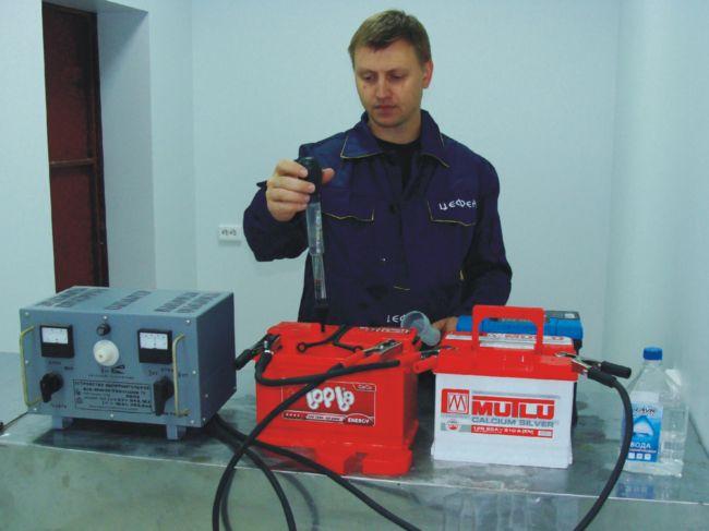 Заправляем аккумулятор электролитом