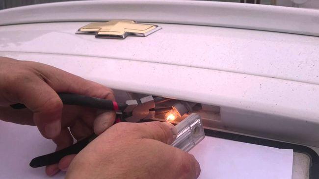 Замена лампы подсветки номерного знака