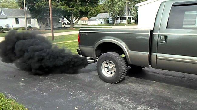 Черный дым с выхлопной