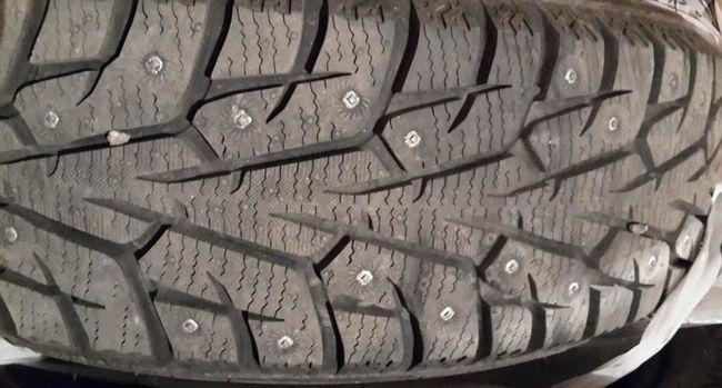 изношенная зимняя шипованная шина