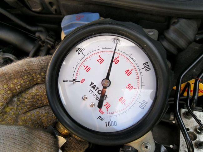Манометр в руке дизельный двигатель