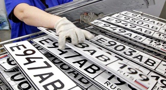 Рабочий и номера автомобилей