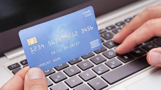 Банковская карта и ноутбук