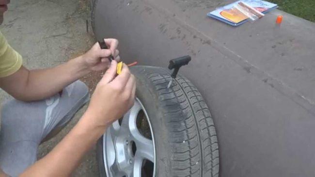 Самостоятельный ремонт бескамерных шин — заделываем прокол, порез