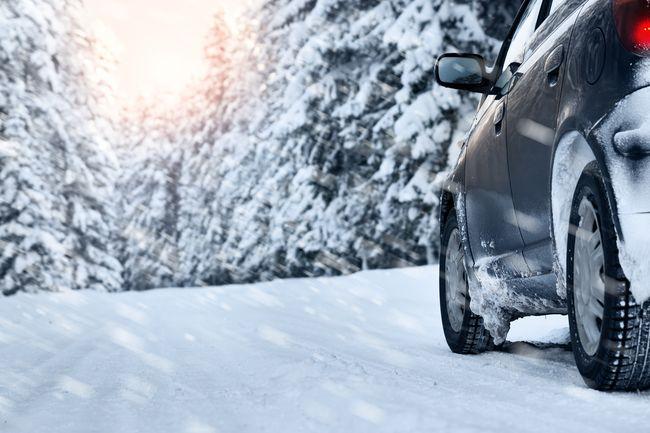 Автомобиль в зимнем лесу