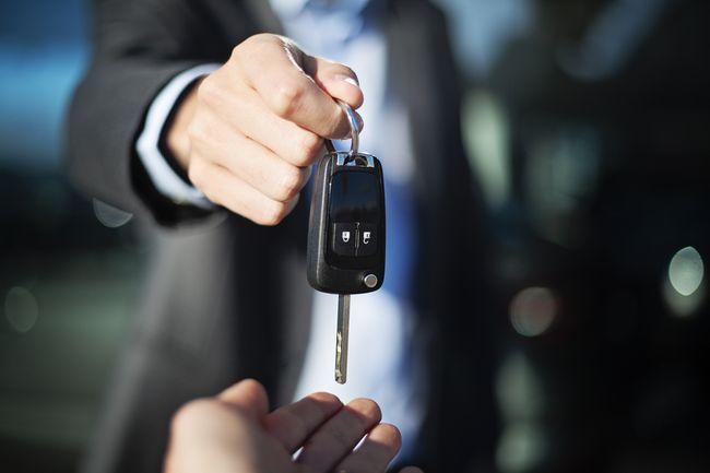 Как переоформить автомобиль на другого человека без замены номеров?