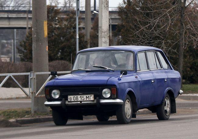 Москвич на дороге